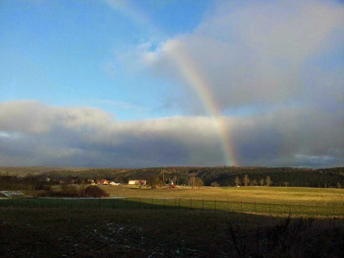 Regenbogen über Land